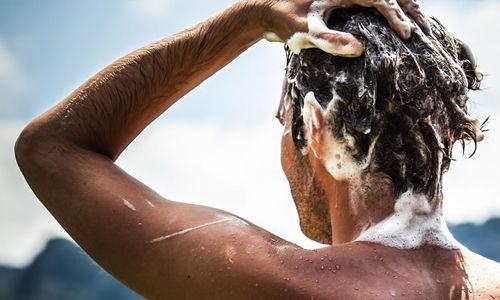 Pakai shampo khusus untuk membersihkan pomade