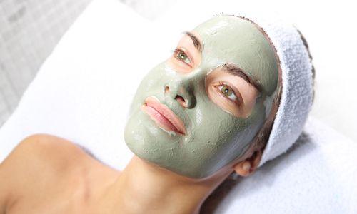 Pilihlah masker berjenis clay atau charcoal mask