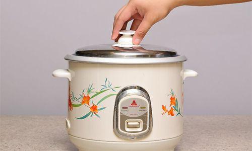 Membuka Tutup Rice Cooker Saat Proses Memasak
