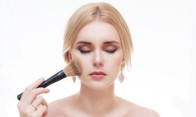 Semprotkan pada Kuas Makeup Sebelum Pengaplikasian Produk Berbentuk Powder